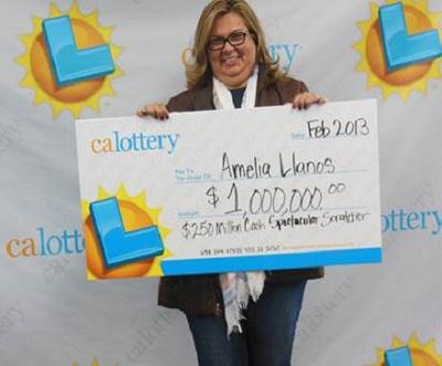 Amélie Llanosová při přebírání výhry (zdroj: Calottery.com)