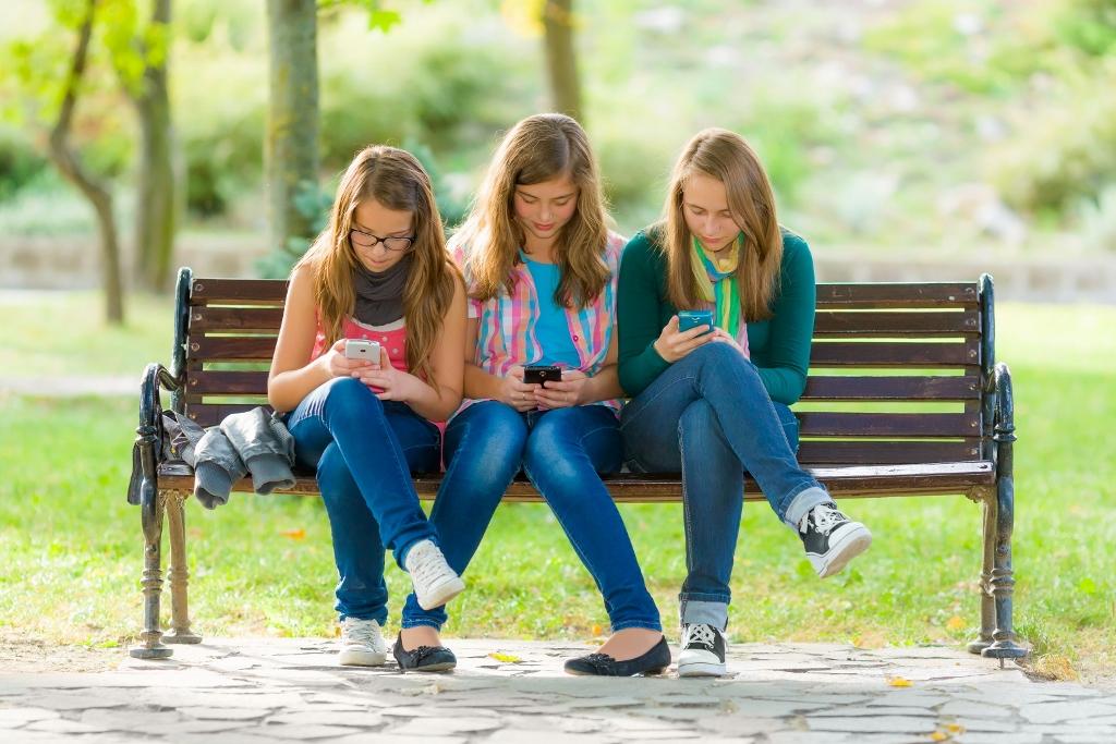 Teenageři mění mobily jako ponožky