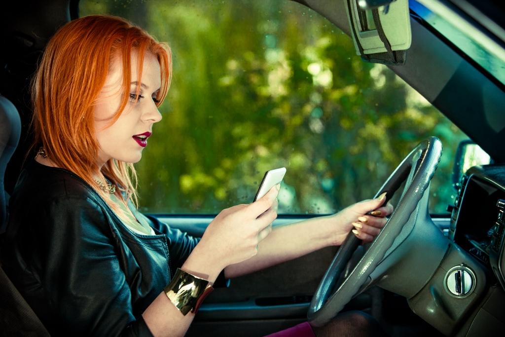 Mobil za volantem? Zákaz Češi neřeší