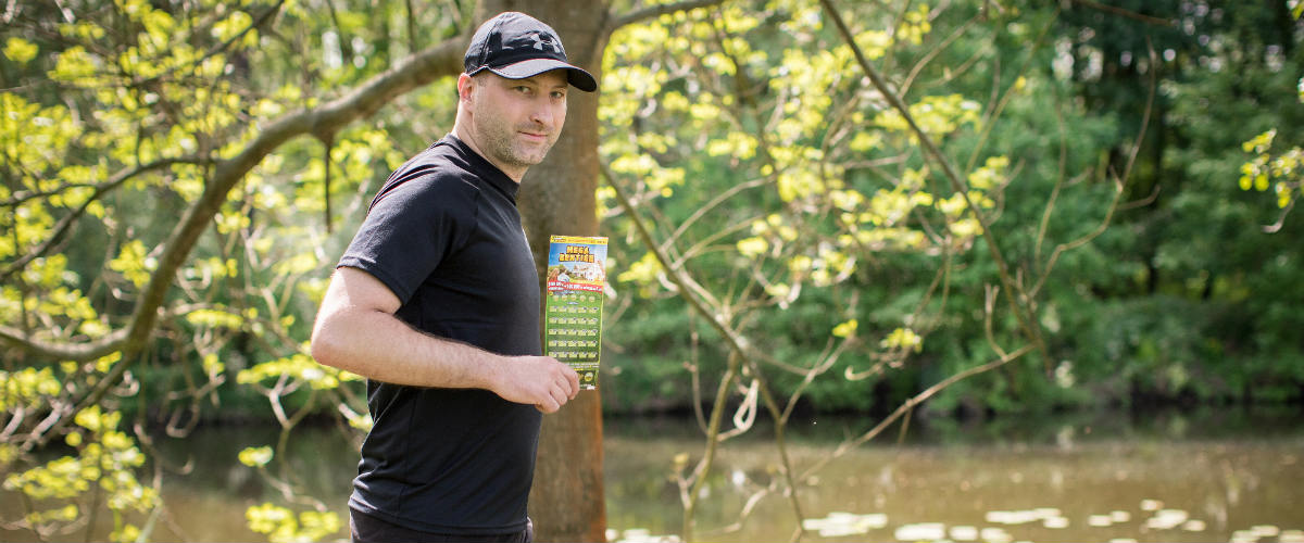 SAZKA reportér: Pan Řehák loví šťastné stírací losy na poště