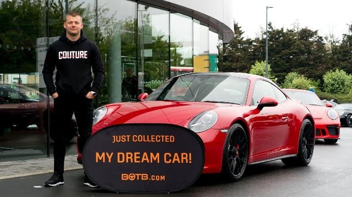 Instalatér vyhrál Porsche a prodal ho. Dva dny poté vyhrál další auto