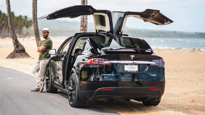 V Eurojackpotu se dnes hraje o luxusní Teslu X! 7 zajímavostí o elektromobilu i Elonu Muskovi