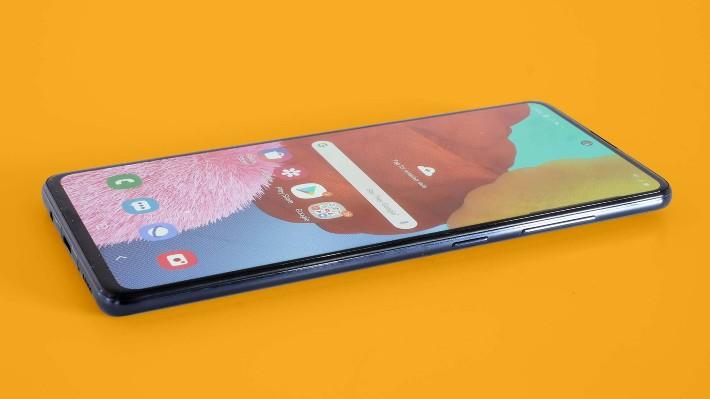 Samsung oznámil nejlevnější 5G smartphone a bezdrátovou nabíječku Trio