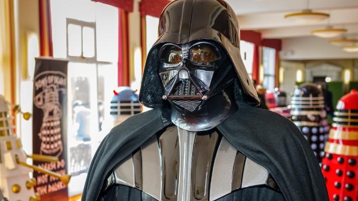 Pro miliony z loterie si přišel v kostýmu Dartha Vadera, za peníze si koupí autobus